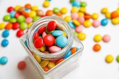 cognez complètement des sucreries colorées et des bonbons dispersés Vue de ci-avant pour votre conception images stock