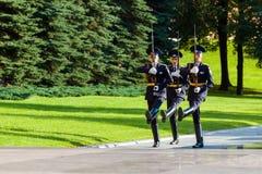 Cogodzinna zmiana gwardia prezydencka Rosja przy grobowem Niewiadomy żołnierz Zdjęcia Royalty Free