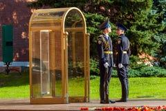 Cogodzinna zmiana gwardia prezydencka Rosja przy grobowem Niewiadomy żołnierz Obraz Stock