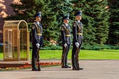 Cogodzinna zmiana gwardia prezydencka Rosja przy grobowem Niewiadomy żołnierz Zdjęcie Royalty Free