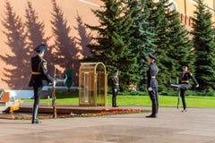Cogodzinna zmiana gwardia prezydencka Rosja przy grobowem Niewiadomy żołnierz Fotografia Stock