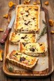 Cogumelo da prima, queijo e quiche do tomilho imagens de stock royalty free