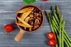 Cogumelo de botão grelhado com cunhas da batata e vegetais fotografia de stock