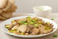 Cogumelo de ostra com o alho-porro na placa Fotos de Stock