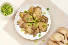 Cogumelo de ostra com o alho-porro na placa Imagem de Stock