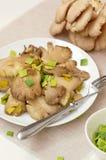 Cogumelo de ostra com o alho-porro na placa Foto de Stock