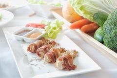 Cogumelo dourado envolvido no bacon frito Imagem de Stock