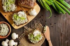 Cogumelo espalhado com queijo e alho-porro do roquefort foto de stock