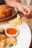Cogumelo misturado fritado com molho de mergulho Imagens de Stock