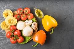 Cogumelos, alface, tomates e espaguetes dos cogumelos na tabela de pedra Foto de Stock Royalty Free
