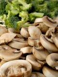 Cogumelos & bróculos Fotos de Stock Royalty Free