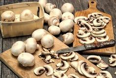 Cogumelos brancos frescos em um fundo de madeira Imagens de Stock