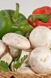Cogumelos brancos frescos saborosos e pimentas Fotografia de Stock