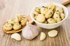 Cogumelos com aneto na colher, na bacia com cogumelos e no alho Imagem de Stock Royalty Free