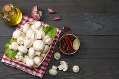 cogumelos com tomates, salsa, óleo, alho, pimenta de pimentão, grãos de pimenta no fundo de madeira escuro Vista superior Fotos de Stock Royalty Free
