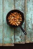 Cogumelos comestíveis selvagens Cogumelos da prima fritados no ferro fundido Fotos de Stock