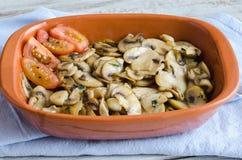 Cogumelos cortados cozinhados com tomates foto de stock
