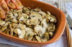 Cogumelos cortados cozinhados Un com tomates fotografia de stock royalty free