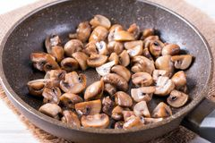 Cogumelos cortados fritados mexendo em uma bandeja Close-up horizontal foto de stock