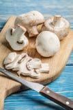 Cogumelos crus cortados Foto de Stock Royalty Free