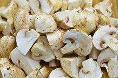 Cogumelos da cultura e placa de corte frescos comestíveis imagem de stock