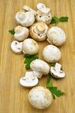Cogumelos da cultura e placa de corte frescos comestíveis foto de stock royalty free