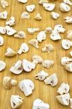 Cogumelos da cultura e placa de corte frescos comestíveis fotos de stock royalty free