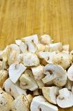 Cogumelos da cultura e placa de corte frescos comestíveis imagens de stock royalty free