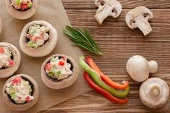 Cogumelos de cozimento enchidos com galinha e paprika, configuração do plano Imagem de Stock Royalty Free