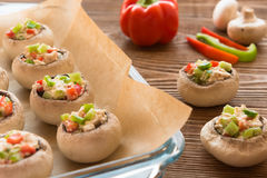 Cogumelos de cozimento enchidos com galinha e paprika, configuração do plano Fotos de Stock Royalty Free