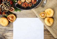 Cogumelos do tampão do leite do açafrão na tabela de madeira Imagem de Stock