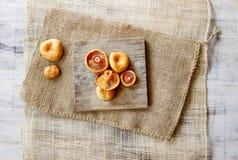 Cogumelos do tampão do leite do açafrão na tabela de madeira Fotografia de Stock
