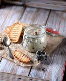 Cogumelos e cebolas cozidos no molho de creme de leite com pão torrado Imagem de Stock