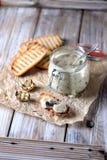Cogumelos e cebolas cozidos no molho de creme de leite com pão torrado Fotos de Stock