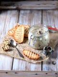 Cogumelos e cebolas cozidos no molho de creme de leite com pão torrado Imagem de Stock Royalty Free