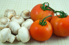 Cogumelos e tomates Foto de Stock Royalty Free
