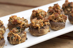 Cogumelos enchidos cozidos com queijo derretido Fotografia de Stock