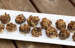 Cogumelos enchidos cozidos com queijo derretido Fotos de Stock
