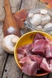Cogumelos frescos e carne crua a cozinhar Fotos de Stock Royalty Free