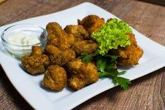 Cogumelos fritados com molho Fotos de Stock
