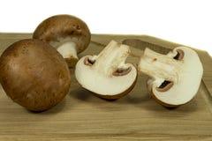 Cogumelos marrons inteiros e partidos ao meio frescos de Bella do bebê imagem de stock royalty free