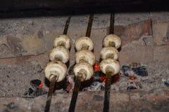 Cogumelos nos carvões foto de stock royalty free