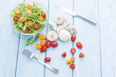 Cogumelos orgânicos Alimento natural Cogumelos e rúcula frescos salada, tomates de cereja Fotografia de Stock