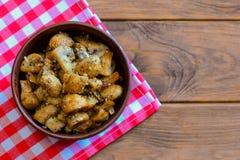 Cogumelos Roasted com ervas secas Cogumelos roasted fáceis em uma bacia em um fundo de madeira com espaço da cópia para o texto foto de stock