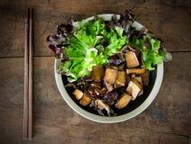 Cogumelos salteado do tofu e de shiitake foto de stock royalty free