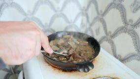 Cogumelos solteiros de Flrying do homem do russo em Rusty Pan idoso na cozinha Movimento lento 4k video estoque