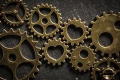 Cogwheels με τις καρδιές που συμβολίζουν μια ρομαντική σχέση που δεσμεύει δύο οικογένειες από κοινού στοκ εικόνα με δικαίωμα ελεύθερης χρήσης