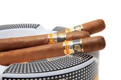 Cohiba cigarr på askfatet Arkivbild