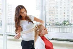Coiffeur au coiffeur de travail Images libres de droits