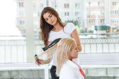 Coiffeur au coiffeur de travail Photo libre de droits